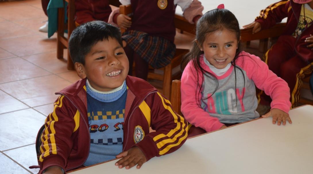 Projects Abroad vrijwilligers op groepsreis Kinderopvang in Peru laten de kinderen lachen tijdens een leuke klasactiviteit.